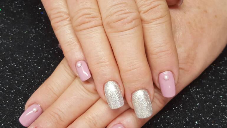 Nageldesign mit Perlenapplikation und Glitter